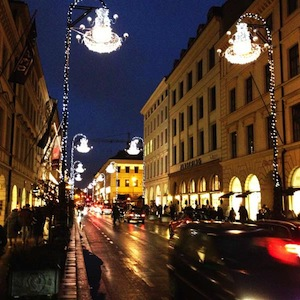 Vorweihnachtlich festliche Stimmung auf dem Brienner Boulevard - mit seinen herrlichen Geschäften - allen voran der vormalige Hoflieferant Eduard Meier