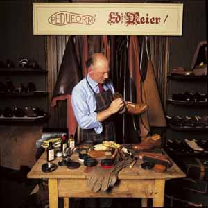 Peter Eduard Meier mit handgemachtem Schuh an Schuhputztisch