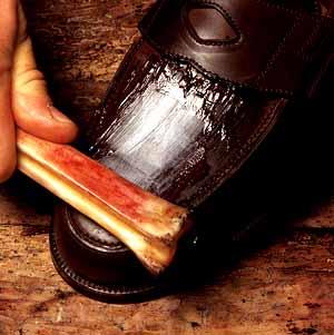 der Eduard Meier Shoebone im Einsatz an einem verkratzen Cordovan Schuh